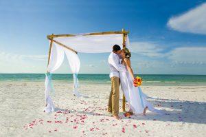 Mariés sur une plage